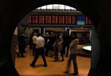 Visitantes miran monitores con el precio de las acciones en la Bolsa de Sao Paulo, 10 de agosto de 2011.  Las acciones de Brasil subían el lunes, en línea con Wall Street, y los títulos de BB Seguridade figuraban entre las principales influencias positivas en la sesión. REUTERS/Paulo Whitaker