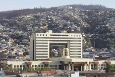 El Congreso de Chile en Valparaíso, sep 24 2014. El Gobierno chileno anunció el lunes que enviará en las próximas semanas un proyecto de ley al Congreso para facilitar la implementación de una reforma tributaria aprobada el año pasado y que sido criticada por el empresariado y economistas.    REUTERS/Eliseo Fernandez