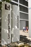 """LafargeHolcim, à suivre à la Bourse de Paris. Moody's a relevé sa perspective de """"négative"""" à """"stable"""" suite à la réussite de la fusion entre Lafarge et Holcim et à l'accord avec CRH portant sur la cession à ce dernier d'actifs d'une valeur d'entreprise totale de 6,5 milliards d'euros, qui devrait permettre de réduire la dette du nouveau numéro un mondial du ciment. /Photo prise le 15 juillet 2015/REUTERS/Arnd Wiegmann"""