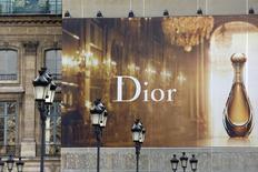 Après la dévaluation du yuan, les valeurs exposées au marché chinois, dont les produits de luxe, chutent en Bourse de Paris. C'est le cas de LVMH, propriétaire de Dior. /Photo d'archives/REUTERS/Charles Platiau