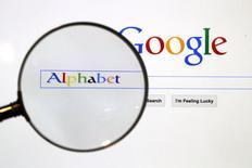 Google a annoncé une réorganisation de sa structure via la création d'une nouvelle entité baptisée Alphabet, appelée à devenir la maison-mère de l'ensemble des activités du groupe, y compris du moteur de recherches sur internet. Alphabet, dont Larry Page va prendre la direction générale, remplacera Google en tant qu'entité cotée en Bourse. /Photo prise le 11 août 2015/REUTERS/Pawel Kopczynski