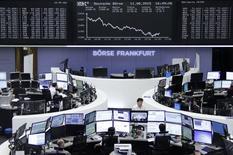 Operadores trabajando en la bolsa alemana en Fráncfort, ago 11 2015. Las acciones europeas cerraron con una fuerte baja el martes presionadas por los sectores automotor y de bienes de lujo, luego que China devaluó su moneda y un informe mostró un debilitamiento de la confianza económica en Alemania.  REUTERS/Remote/Pawel Kopczynski