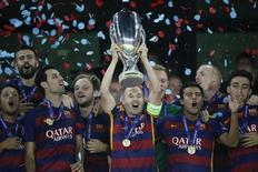 Jogadores do Barcelona comemoram título da Supercopa da Europa ao vencer o Sevilla, em Tbilisi, na Geórgia, nesta terça-feira. 11/08/2015 REUTERS/Grigory Dukor