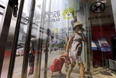 A customer walks into a Suning appliance store in Beijing, August 11, 2015.  REUTERS/Jason Lee