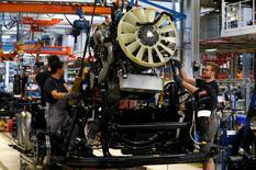 Unos hombres trabajan en una planta de producción de camiones de MAN AG en Munich, el 30 de julio de 2015. La producción industrial en los 19 países que comparten el euro cayó más de lo esperado en junio, debido a que la actividad en las principales economías del bloque - Alemania, Francia e Italia - sufrió un marcado declive. REUTERS/Michaela Rehle