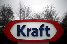 El logo de Kraft, fotografiado afuera de su sede en Northfield, Illinois, 25 de marzo de 2015. Kraft Heinz dijo que eliminará 2.500 puestos de trabajo en Estados Unidos y Canadá como parte de sus esfuerzos por reducir costos tras la creación de la compañía mediante la fusión del fabricante de ketchup H.J. Heinz y Kraft Foods. REUTERS/Jim Young