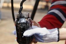 L'Agence internationale de l'énergie (AIE) a relevé fortement mercredi ses prévisions de demande mondiale de pétrole pour 2015 et 2016, en mettant en avant la reprise de la croissance économique et les prix bas du brut. /Photo prise le 16 avril 2015/REUTERS/Carlos Garcia Rawlins