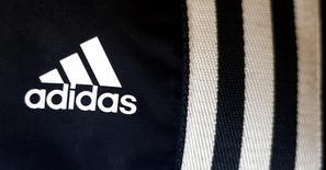 Логотип Adidas в магазине в Мюнхене 4 марта 2014 года. Немецкий производитель спортивной одежды Adidas договорился о покупке около 120.000 квадратных метров складского комплекса PNK-Чехов 2 в Подмосковье, часть которого арендует, что может стоить компании $70-$100 миллионов, рассказали Рейтер пять источников на складском рынке. REUTERS/Michael Dalder