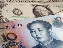Un billete de un dólar junto a un billete de 10 yuanes en Varsovia el 26 de enero de 2011. El dólar caía el miércoles hasta tocar su menor nivel en cerca de un mes contra una cesta de importantes monedas, ante las dudas sobre si la Reserva Federal de Estados Unidos subirá su tasa clave de interés en septiembre en vista de la decisión de China de devaluar al yuan. REUTERS/Kacper Pempel