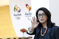 Presidente da Comissão de Coordenação do Comitê Olímpico Internacional (COI), Nawal El Moutawakel, acena após entrevista coletiva no Rio de Janeiro. 12/08/2015 REUTERS/Sergio Moraes