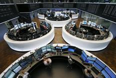 Les principales Bourses européennes ont ouvert jeudi dans le vert, rebondissant sous l'effet d'achats à bon compte après le redressement de Wall Street la veille et les efforts de la Banque populaire de Chine pour ralentir le rythme de la dépréciation du yuan. Une demi-heure après le début des échanges, l'indice CAC 40 bondit de 1,82% à Paris, le Dax s'adjuge 1,46% à Francfort.  /Photo prise le 6 juillet 2015/REUTERS/Ralph Orlowski