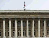 Les principales Bourses européennes sont orientées en nette hausse jeudi à la mi-journée, portées par des rachats à bon compte après le plongeon des deux derniers jours dans le sillage de la dévaluation inattendue du yuan chinois qui a alimenté les craintes sur le ralentissement de la deuxième économie mondiale. Vers 12h50, le CAC 40 bondit de 1,79% à Paris. /Photo d'archives/REUTERS/Benoît Tessier