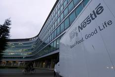 El logo de Nestlé afuera de la sede de la compañía en Vevey, Suiza, 19 de febrero de 2015. Las bolsas de Asia subían el jueves impulsadas por un rebote tardío en Wall Street y por las garantías del banco central de China de que no hay base para una depreciación adicional del yuan después de que devaluó a la moneda a principios de esta semana. REUTERS/Denis Balibouse