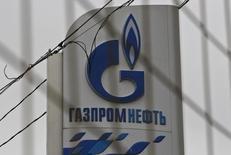 Логотип Газпромнефти на заправке в Москве 12 ноября 2013 года. Нефтяное крыло Газпрома - компания Газпромнефть рекомендовала общему собранию выплатить дивиденды за первое полугодие 2015 года в размере 5,92 рубля за акцию, сообщила компания. REUTERS/Maxim Shemetov