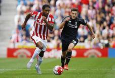 Meia Adam Lallana (direita), do Liverpool, durante partida contra o Stoke City pelo Campeonato Inglês. 09/08/2015 REUTERS/Darren Staples