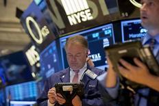 Operadores trabajando en la Bolsa de Nueva York, 14 de julio de 2015. Las acciones bajaban levemente el jueves en la apertura de la Bolsa de Nueva York, luego de que fuertes datos económicos estadounidenses fortalecieron la probabilidad de que la Reserva Federal suba las tasas de interés en septiembre en lugar de a fines de año. REUTERS/Brendan McDermid