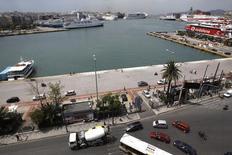 L'agence grecque des privatisations a fixé des dates limites pour les appels d'offres pour les deux principaux ports du pays et l'opérateur ferroviaire public TRAINOSE, que le pays a accepter de céder dans le cadre d'un nouveau plan d'aide consenti par ses créanciers internationaux. Les dates sont fixées à octobre pour le port du Pirée (photo), à décembre pour TRAINOSE et à février 2016 pour le port de Thessalonique. /Photo d'archives/REUTERS/Yiorgos Karahalis