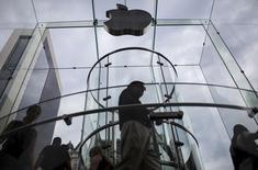 Clientes entran a la tienda de Apple en la 5th Avenida en Manhattan, Ciudad de Nueva York, 21 de julio de 2015.  REUTERS/Mike Segar