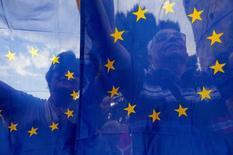 La economía de la zona euro creció menos de lo esperado en el segundo trimestre, dijo la oficina de estadísticas de la Unión Europea en su primera estimación publicada el viernes. En la imagen, varios manifestantes tras una bandera de la UE en una manifestación en Tesalónica el 22 de junio de 2015. REUTERS/Alexandros Avramidis