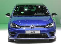 Volkswagen a annoncé vendredi le rappel de 461.000 voitures aux Etats-Unis et au Canada pour réparer un défaut susceptible d'empêcher le déploiement d'airbags. Le constructeur allemand précise que ce rappel porte sur des Golf, des Passat, des Jetta et des Tiguan assemblés en 2010 et 2014. /Photo d'archives/REUTERS/Rebecca Cook