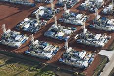 Буровые установки на складе в Дикинсоне, Северная Дакота, 26 июня 2015 года. Цены на нефть приблизились к шестилетнему минимуму в понедельник, так как экономика Японии сократилась, а производители в США снова увеличили число буровых установок. REUTERS/Andrew Cullen