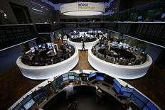 A l'exception du marché londonien, en léger recul, les Bourses européennes évoluent dans le vert lundi à la mi-séance, rassurées par la stabilisation du yuan et l'approbation par la zone euro du nouveau plan d'aide à la Grèce. Vers 12h50, le CAC 40 gagne 0,47% à Paris et le DAX avance de 0,34% à Francfort. /Photo prise le 17 août 2015/REUTERS/Ralph Orlowski