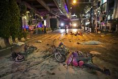 Место взрыва в центре Бангкока 17 августа 2015 года. Взрыв мотоцикла у индуистского храма Эраван в центре Бангкока унес жизни по меньшей мере двенадцати человек, сообщила в понедельник полиция Таиланда и работающие на месте происшествия спасатели. REUTERS/Athit Perawongmetha