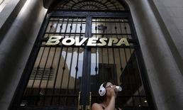 El edificio de la Bolsa de Valores de Sao Paulo, 18 de febrero de 2011. El principal índice de acciones de Brasil revertía sus pérdidas iniciales el lunes, tras cuatro días seguidos de pérdidas, y con la primera etapa marcada por el vencimiento de contratos de opciones sobre acciones en la bolsa y falta de definición en los mercados de Europa y Estados Unidos. REUTERS/Nacho Doce