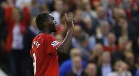 Christian Benteke comemora ao marcar gol para o Liverpool, em jogo contra o Bournemouth, no estádio Anfield, em Liverpool, na Inglaterra, nesta segunda-feira. 17/08/2015 REUTERS/Action Images/Carl Recine