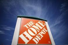 Логотип Home Depot у магазина компании в Лос-Анджелесе. 17 марта 2015 года. Квартальные продажи Home Depot Inc, крупнейшей в мире сети магазинов товаров для ремонта, превысили прогнозы за счет подъема на жилищном рынке США. REUTERS/Lucy Nicholson