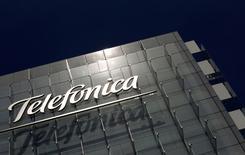 El logo de Telefónica, en la sede de la compañía en Madrid, 29 de julio de 2010. Telefônica Brasil, la unidad brasileña de la española Telefónica SA, planea invertir al menos 25.000 millones de reales (7.200 millones de dólares) entre este año y 2017, según un documento enviado al regulador el martes. REUTERS/Susana Vera