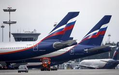 Самолеты Аэрофлота в аэропорту Шереметьево. 7 июля 2015 года. Крупнейший российский авиаперевозчик группа Аэрофлот увеличила перевозку пассажиров в июле на 10,6 процента в годовом выражении до 4,199 миллиона человек, при этом международные перевозки упали на 12,1 процента до 1,654 миллиона. REUTERS/Maxim Shemetov