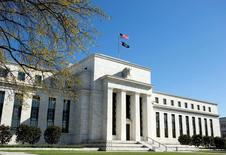 El edificio de la Reserva Federal de Estados Unidos en Washington, abr 3 2012. Los rendimientos de los bonos del Tesoro de Estados Unidos subían el martes tras la publicación de datos que mostraron que los inicios de construcciones de casas en el país crecieron en julio a máximos en casi ocho años. REUTERS/Joshua Roberts