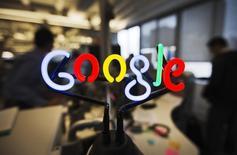 """Логотип Google в новом офисе компании в Торонто 13 ноября 2012 года. Google Inc выпустил в продажу домашний Wi-Fi роутер, пытаясь завоевать свое место в """"умных домах"""" и увеличить число пользователей своих сервисов. REUTERS/Mark Blinch"""