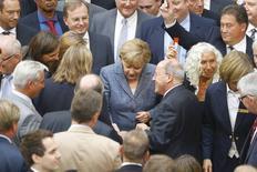 Vote au Bundestag auotur de la chancelière Angela Merkel. Les députés allemands ont donné mercredi leur feu vert au troisième plan d'aide financière à la Grèce, malgré la fronde d'une partie d'élus conservateurs. Le plan a été approuvé par 454 voix contre 113 et 18 abstentions. /Photo prise le 19 août 2015/REUTERS/Axel Schmidt