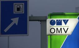 Логотип OMV на заправке в Вене 1 декабря 2014 года. Австрийская компания OMV хочет получить четверть в российском газоконденсатном проекте в Сибири для поддержания производства, сказал Рейтер глава перерабатывающего подразделения австрийской OMV Манфред Ляйтнер. REUTERS/Heinz-Peter Bader