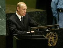 Президент России Владимир Путин выступает на Генассамблее ООН в Нью-Йорке. 25 сентября 2003 года. Владимир Путин в сентябре поедет в Нью-Йорк на 70-ю сессию Генассамблеи ООН, что станет первой его поездкой в США за время нынешнего президентского срока, начавшегося в 2012 году. REUTERS/Jim Bourg