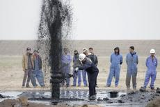 Imagen de archivo de unos trabajadores en el pozo petrolero Al Tuba en Basra, Irak, feb 19 2015. Las exportaciones de petróleo de Irak han caído en al menos 250.000 barriles por día (bpd) en lo que va de agosto, según datos de carga, lo que hace menos probable continúe este mes tendencia al alza en la producción de la OPEP que ha debilitado a los precios del crudo.  REUTERS/Essam Al-Sudani