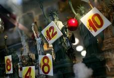 Replicas de la Estatua de la Libertad a la venta en una tienda en Nueva York, 14 de noviembre de 2011. Los precios al consumidor en Estados Unidos subieron levemente en julio por un aumento marginal en los costos de la gasolina y de los alimentos. REUTERS/Mike Segar