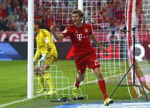 Meia-atacante Thomas Mueller, do Bayern de Munique, comemora gol marcado contra o Hamburgo, pelo Campeonato Alemão. REUTERS/Michaela Rehle