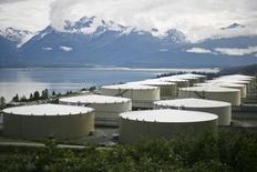 Нефтехранилища в Вальдесе, Аляска 8 августа 2008 года. Цены на нефть снова снизились в четверг, так как поставки выросли и в Северной Америке, и на Ближнем Востоке, при этом контракты на американскую легкую нефть (WTI) торгуются чуть выше $40 за баррель, уровня, не виданного с кредитного кризиса 2009 года.  REUTERS/Lucas Jackson