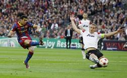 """Игрок """"Барселоны"""" Педро (слева) забивает гол в ворота """"Манчестер Юнайтед"""" в матче Лиги чемпионов в Лондоне 28 мая 2011 года.  Нападающий сборной Испании и """"Барселоны"""" Педро продолжит карьеру в лондонском """"Челси"""", сообщили клубы в четверг. REUTERS/Phil Noble"""