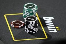 La société de paris en ligne GVC Holdings pourrait relever pour la troisième fois son offre sur sa concurrente Bwin.party Digital Entertainment, espérant ainsi définitivement couper l'herbe sous les pieds de 888 Holdings. /Photo d'archives/REUTERS/Charles Platiau