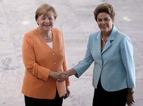 La canciller alemana, Angela Merkel (izqda.), se da la mano con la presidenta de Brasil, Dilma Rousseff, antes de una reunión en el Palacio Planalto, en Brasilia, 20 de agosto de 2015. La caída de los mercados de materias primas afectará a la economía mundial por algún tiempo, dijo la presidenta de Brasil Dilma Rousseff al diario alemán de negocios Handelsblatt, añadiendo que espera un repunte de la economía de su país dentro de un año. REUTERS/Ueslei Marcelino