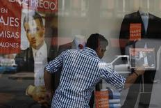 Un trabajador ordena una vidriera en Ciudad de México, ago 28 2014. La economía de México se expandió un 0.5 por ciento en el segundo trimestre a tasa desestacionalizada, poco más de lo que esperaban analistas, debido a que una aceleración del consumo interno compensó por una actividad industrial plana ligada a Estados Unidos.  REUTERS/Tomas Bravo