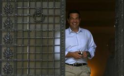 Премьер-министр Греции Алексис Ципрас покидает свою резиденцию в Афинах. 20 августа 2015 года. Греция, вероятно, проведет досрочные парламентские выборы 20 сентября, сообщил в четверг представитель греческого правительства. REUTERS/Stoyan Nenov
