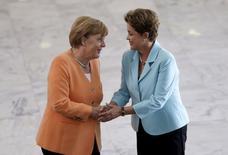 La canciller alemana, Angela Merkel (izqda.), se da la mano con la presidenta de Brasil, Dilma Rousseff, antes de una reunión en el Palacio Planalto, en Brasilia, 20 de agosto de 2015. La canciller alemana, Angela Merkel, presionó el jueves al Gobierno de Brasil para que abra más sus mercados a compañías extranjeras, y dijo que veía una oportunidad de alcanzar un acuerdo de libre comercio entre la Unión Europea y el bloque sudamericano Mercosur. REUTERS/Ueslei Marcelino