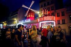 Sur les plages françaises comme en Ile-de-France, le nombre de touristes est en hausse depuis le début de l'année par rapport à l'année dernière, ce qui pourrait faire de 2015 une nouvelle année record de fréquentation du pays, selon Laurent Fabius, ministre des Affaires étrangères et du Tourisme. Sur l'année 2014, avec un chiffre d'affaires de 150 milliards d'euros, le tourisme a représenté 7% du PIB français. /Photo prise le 24 juillet 2015/REUTERS/Stéphane Mahé