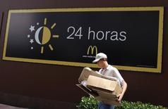 Funcionário carregando caixas em filial do McDonald's em São Paulo.  24/02/2015  REUTERS/Nacho Doce