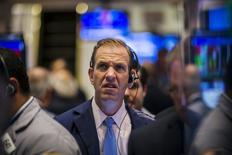 Un operador trabajando en la Bolsa de Nueva York, 18 de agosto de 2015. Las acciones bajaban el viernes en la apertura en la bolsa de Nueva York, ya que un débil dato manufacturero desde China inquietó a unos inversores ya preocupados por el crecimiento global. REUTERS/Lucas Jackson